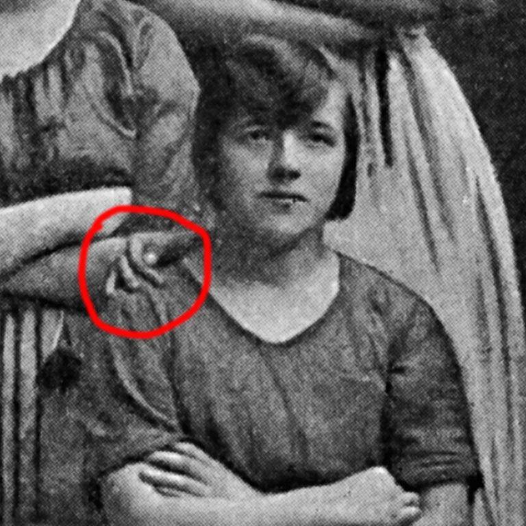 На старой фотографии увидели лишнюю руку. Призрак?