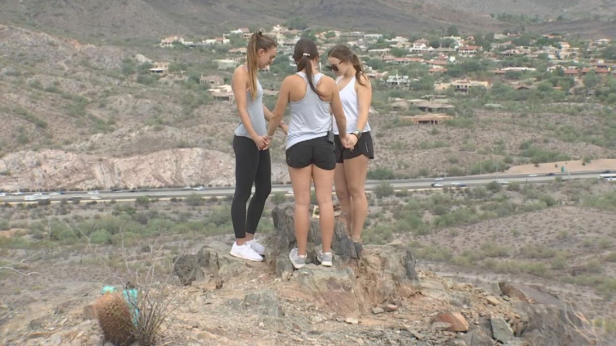 Три девушки увидели на горе мужчину, похожего на Иисуса, который исчез, но оставил им послание