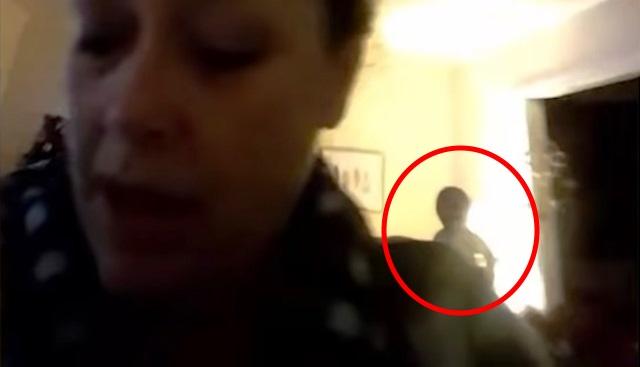 Общаясь в видеочате, женщина не замечала стоящего за ее спиной пришельца