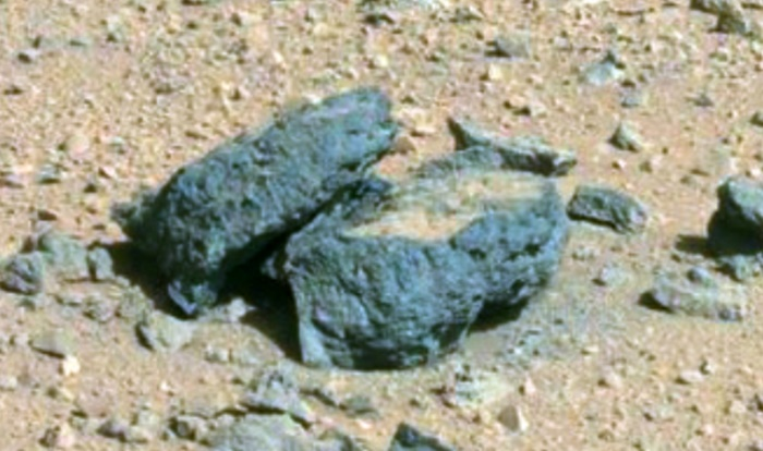 На фото с Марса нашли объект, похожий на гроб с крышкой