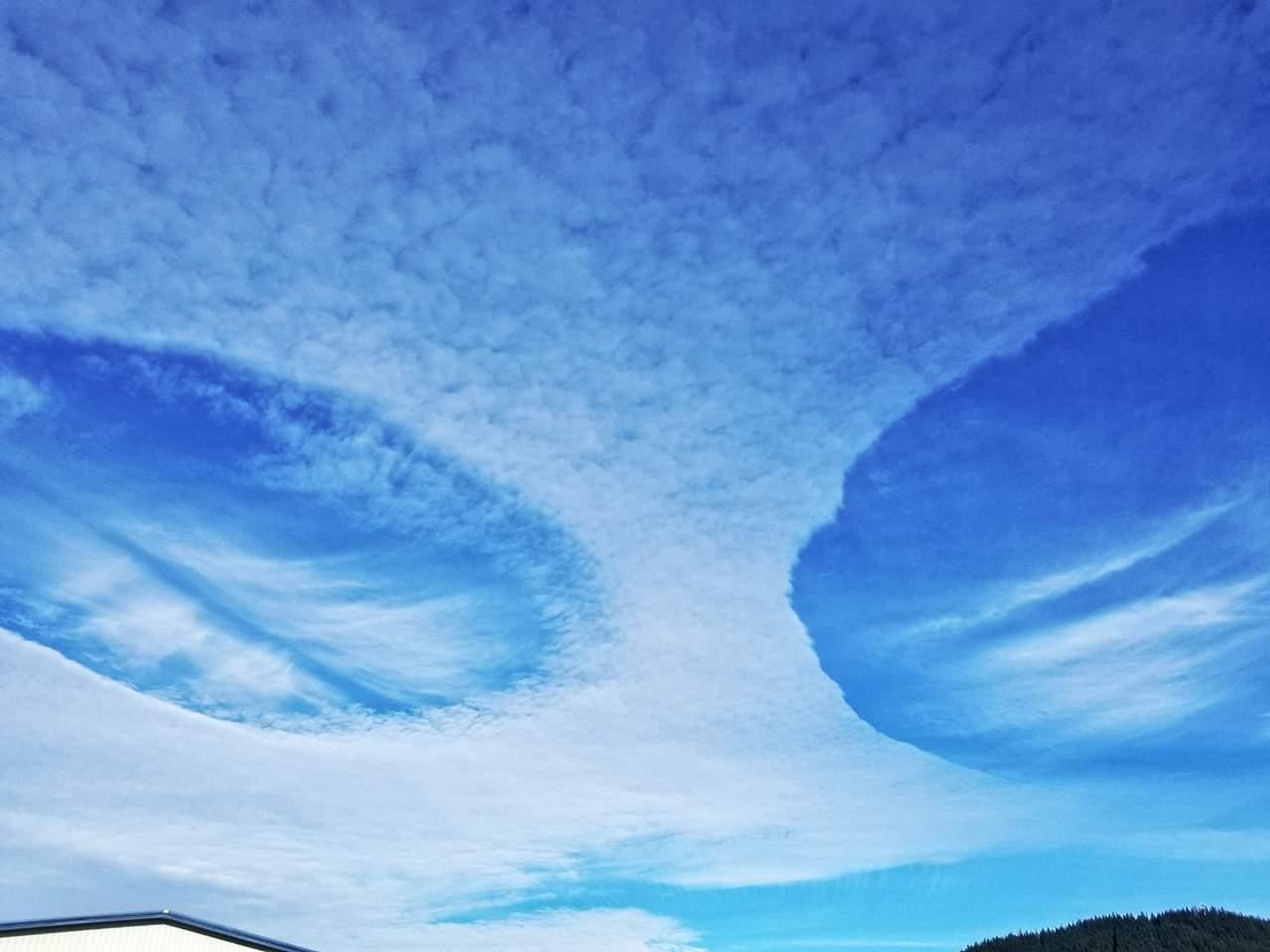 В штате Вашингтон НЛО проделали в облаках две большие дыры