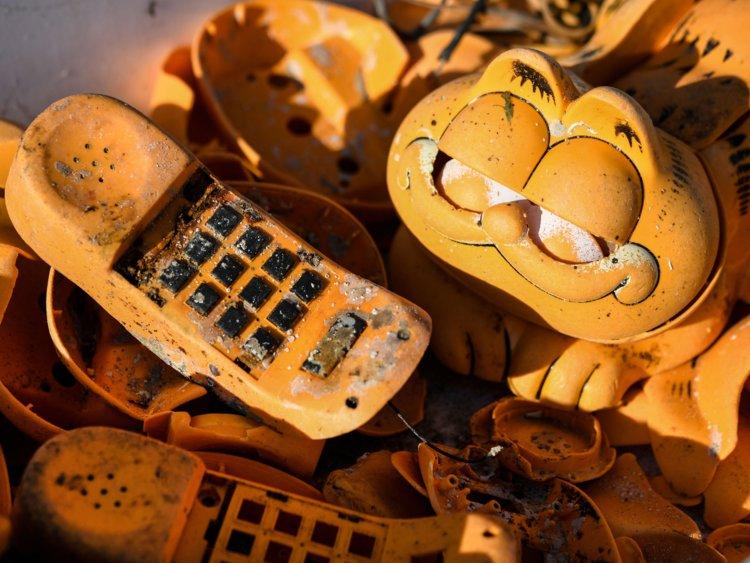 Во Франции раскрыли загадку телефонов кота Гарфильда, которые 30 лет находили на пляжах