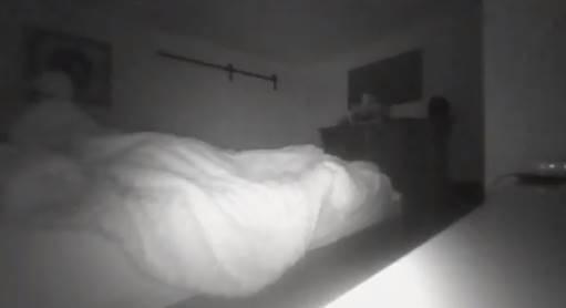 «Оно сидит на моей постели»: Мужчина заснял в своей спальне паранормальное явление