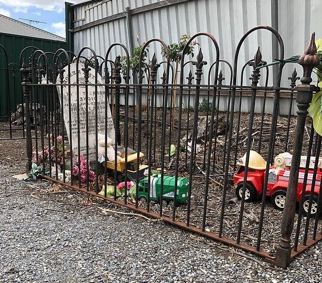 Загадка 134-летней могилы ребенка, которой кто-то до сих пор приносит игрушки