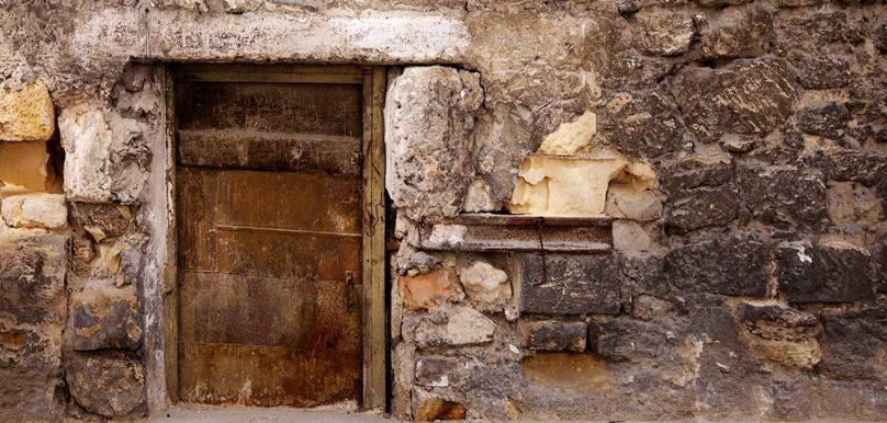 Нечто жуткое за маленькой дверью