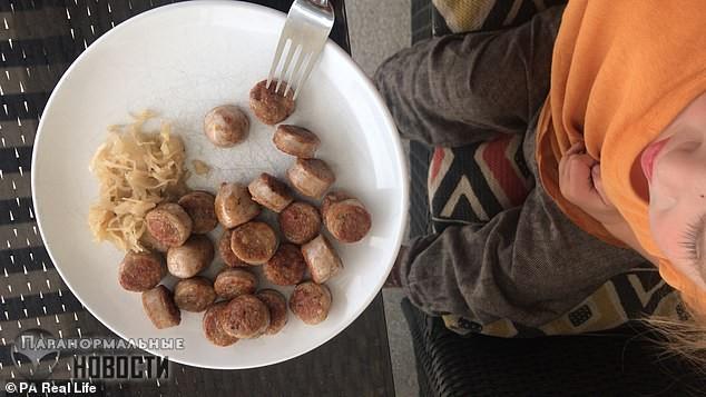 После рождения сына женщина-веган стала есть сырое мясо и им же кормит и ребенка