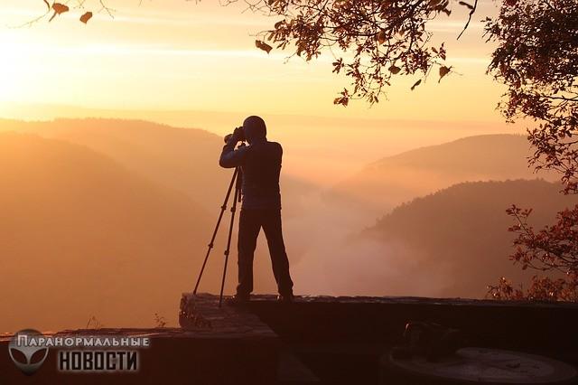Странное существо в красной одежде преследует фотографа в разных местах