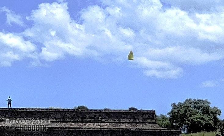 Странный парящий камень над пирамидой ацтеков в Теотиуакане