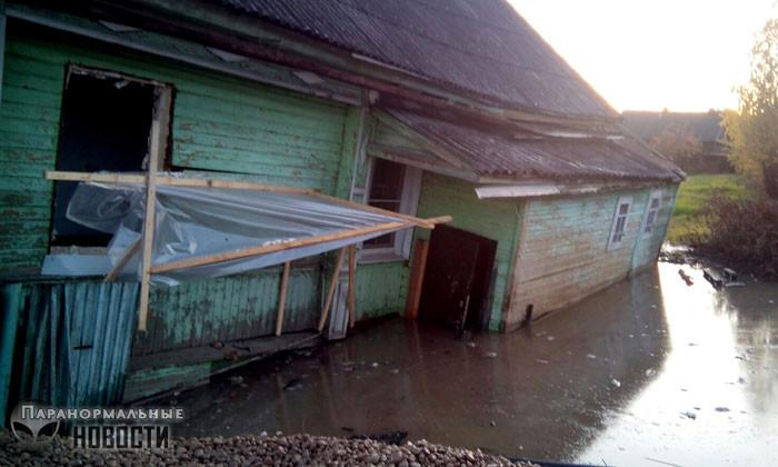 В Вологодской области на «проклятом месте» дом медленно уходит под землю