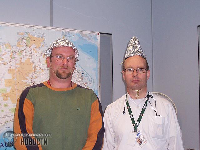 Исследователи выяснили, что конспирологи вовсе не «психи в шапочках из фольги»