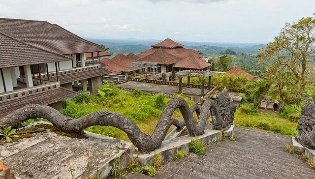 По заброшенному курорту на Бали бродят призраки