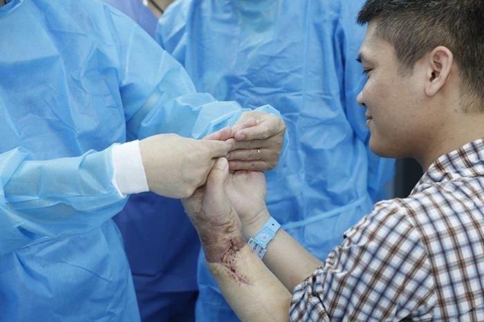 Во Вьетнаме впервые в мире пересадили человеку руку от живого донора