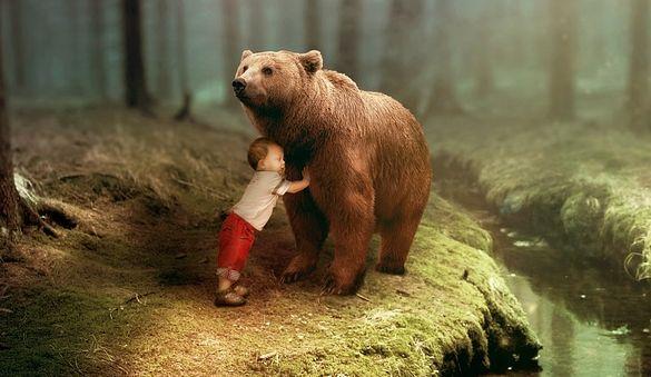 Маленький мальчик уже 2 года боится большого черного медведя, которого его мама не видит