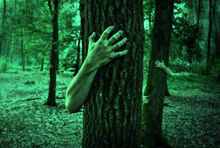Зеленая рука под кроватью