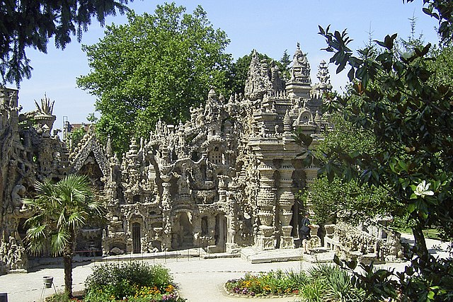 Странная история Шевальского замка, который был построен почтальоном, увидевшим необычный сон