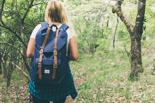 Женские голоса, заманивающие путников в чащу леса