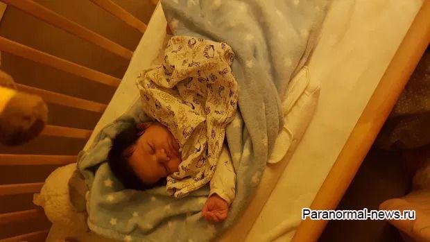 Видеоняня показала руки, тянущиеся к младенцу в кроватке