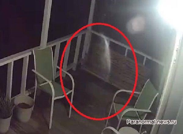 Призрак покойного мужа пришел проведать больную жену и попал на видео