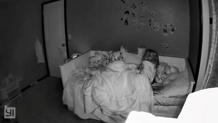 Камера засняла, как ребенок проснулся ночью и начал слушать загадочный шепот