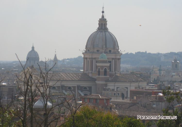 Над Ватиканом засняли оранжевый дисковидный НЛО