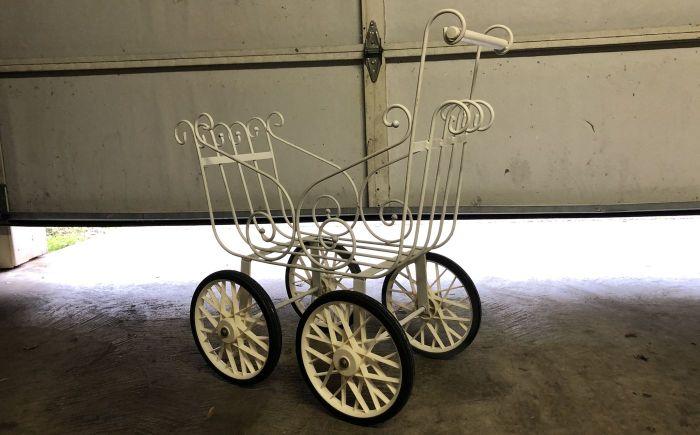 Семье из США подарили старинную детскую коляску и в доме начались паранормальные явления