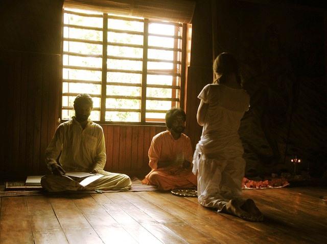 Странные исчезновения, суициды и уроки левитации в городке Айовы, основанным индуистской сектой
