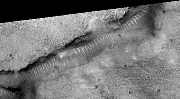 Странные «трубы» Марса: Естественная аномалия или что-то иное?