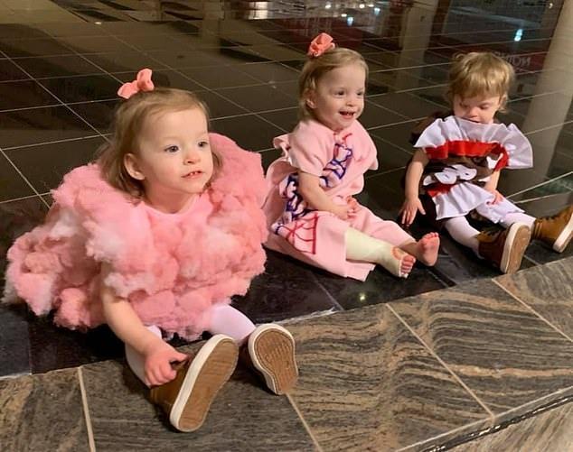 Малышки-тройняшки разом увидели монстра на стене и их реакция напугала как мать, так и пользователей интернета