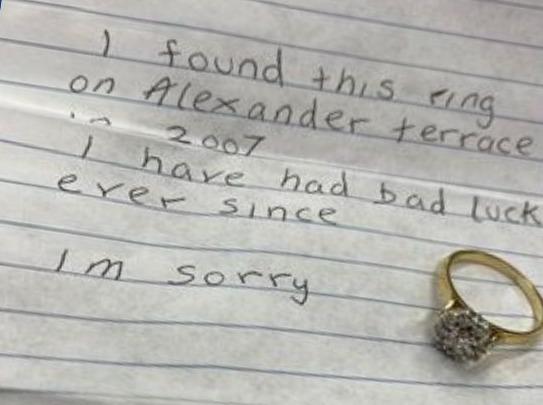 Полиции прислали кольцо с запиской, что оно приносит неудачу, и в полицейском участке начались «странные вещи»