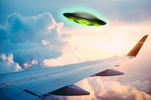 Два пилота увидели яркий зеленый НЛО над Канадой