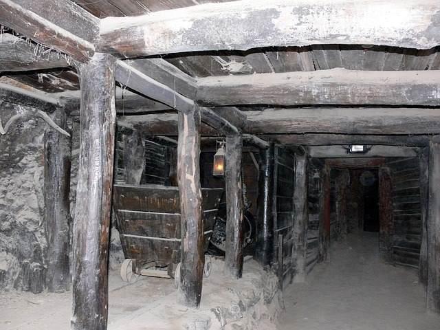 150 лет люди ищут затерянный золотой рудник в горах Аризоны и часто пропадают без вести или погибают