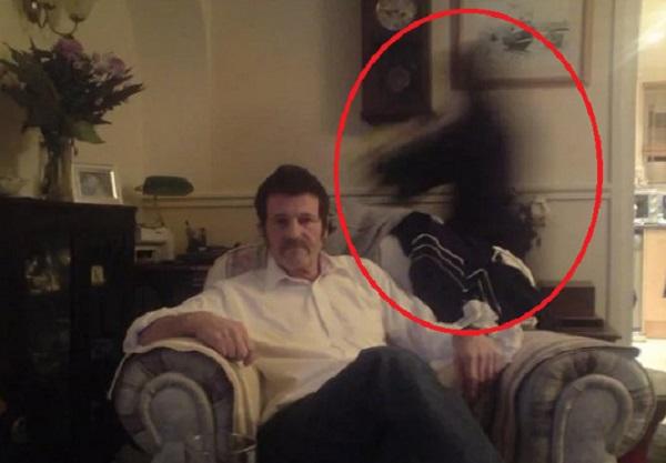 На фото мужчины увидели нечто странное, а через год он скончался от рака