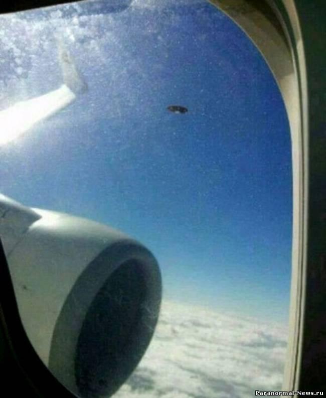 Очень четкий снимок НЛО с борта самолета