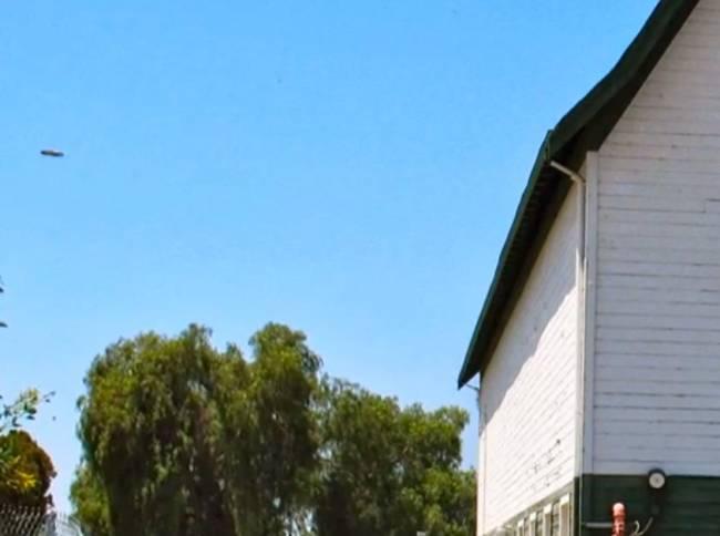 Жительница Калифорнии сфотографировала четкий НЛО над зданием музея