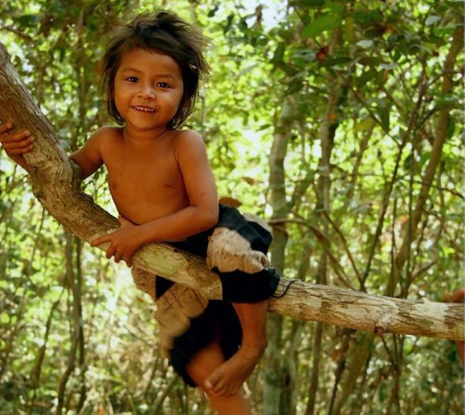 Девочка сосет в лесу
