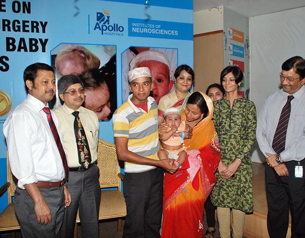 Индийскому мальчику отрезали вторую голову (4 фото)