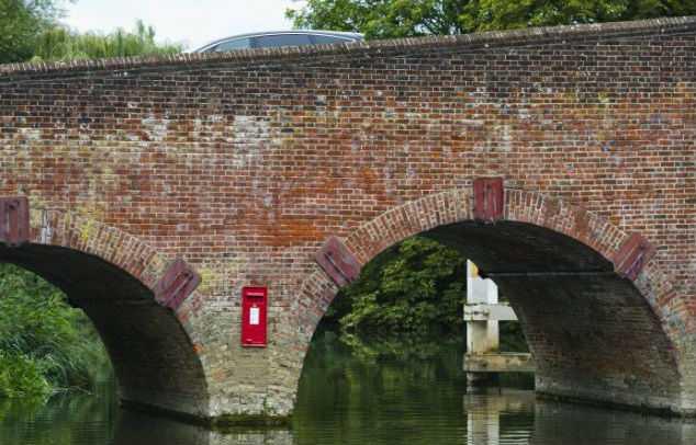 Почтовый ящик в опоре моста озадачил британцев