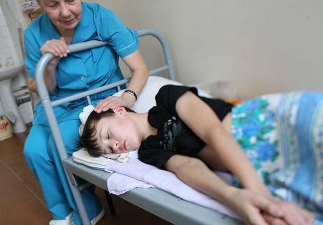 20 детей на линейке внезапно упали в обморок. Точная причина не выяснена