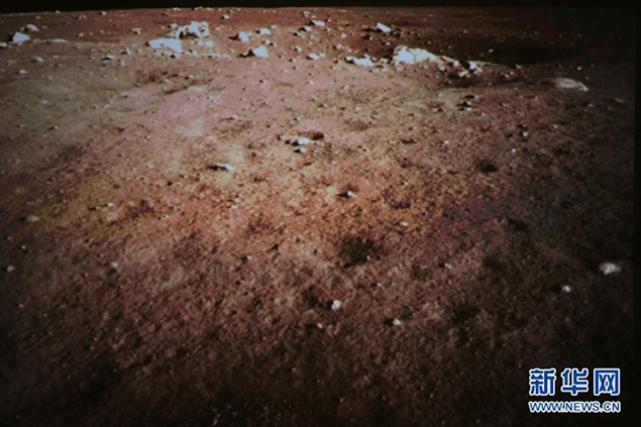 Китайский луноход раскрыл ложь американцев про цвет Луны (6 фото)