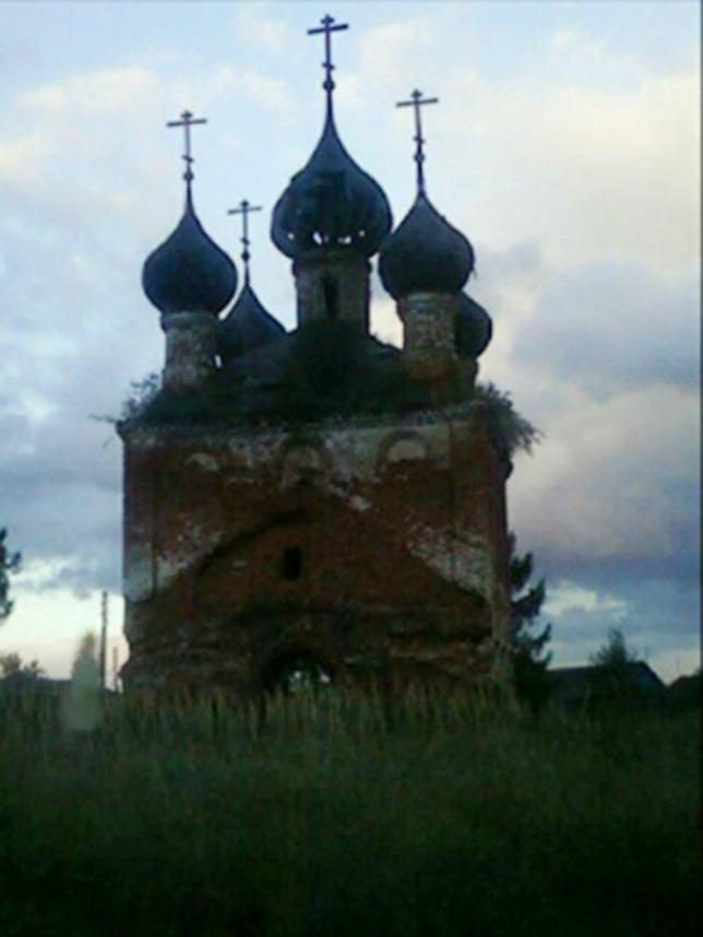 Фотограф заснял призрак девушки на фоне старой церкви
