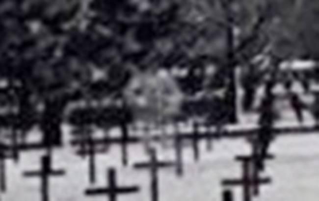 Школьник сфотографировал призрака, охранявшего солдатские могилы