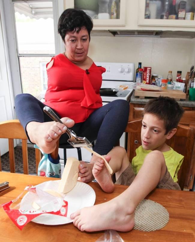 Безрукие мать и сын научились все делать ногами (11 фото)