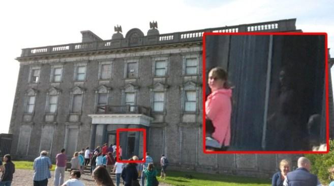 Посетитель ирландского особняка сфотографировал призрак девочки