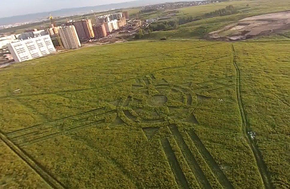 В Красноярске обнаружили огромный узор на траве