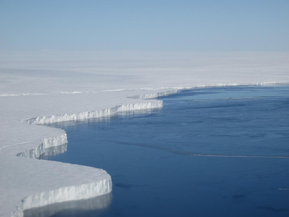 Льды Антарктиды тают быстрее всех
