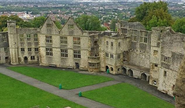 В английском замке туристы засняли призрак женщины и ребенка
