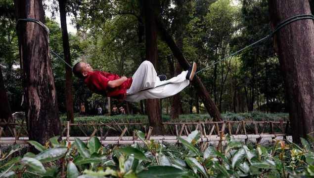 Мастер кунг-фу умеет спать, лежа на веревке