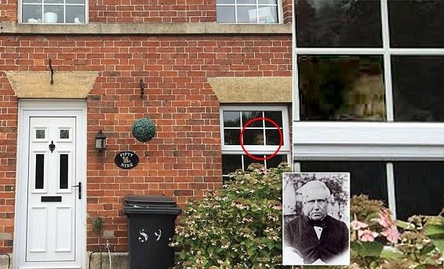 Англичанка засняла призрака в окне своего дома