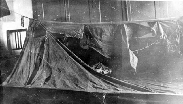 Порезы на палатке туристов во время следствия изучали эксперты.  Фото: из архива Фонда памяти группы Дятлова.