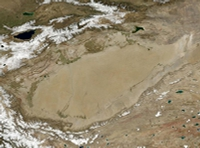 Так выглядит Таримский бассейн из космоса. Песок, камни, пыль и горы - впрочем, несколько тысячелетий назад этот район был более гостеприимным.